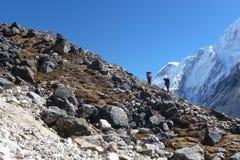 Αχθοφόροι πέρα από ένα δύσκολο πέρασμα κοντά σε Gorak Shep, οδοιπορικό στρατόπεδων βάσεων Everest, Νεπάλ Στοκ εικόνες με δικαίωμα ελεύθερης χρήσης