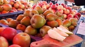 Αχλάδια και μήλα στην αγορά απόθεμα βίντεο