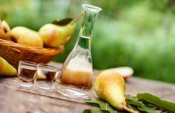 Αχλάδια και μπουκάλι με το κονιάκ αχλαδιών στοκ εικόνες με δικαίωμα ελεύθερης χρήσης