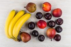 Αχλάδια, νεκταρίνια και δαμάσκηνα, δέσμη των μπανανών στον ξύλινο πίνακα Στοκ φωτογραφίες με δικαίωμα ελεύθερης χρήσης