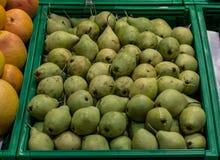Αχλάδια στο εμπορευματοκιβώτιο υπεραγορών στοκ εικόνες