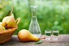 Αχλάδι, μπουκάλι και βλασταημένο γυαλί με το κονιάκ φρούτων στοκ φωτογραφία με δικαίωμα ελεύθερης χρήσης