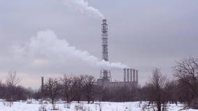 Αχνιστές καπνοδόχοι στο υπόβαθρο της πόλης και του χειμερινού νυχτερινού ουρανού Ουκρανία απόθεμα βίντεο