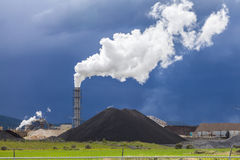 Αχνιστή καπνοδόχος ενός εργοστασίου στοκ φωτογραφίες με δικαίωμα ελεύθερης χρήσης