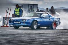 Αχνιστός μπλε αγώνας αυτοκινήτων Στοκ Φωτογραφίες