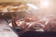 Αχνιστό σπιτικό Paella που μαγειρεύεται παραδοσιακά με τις γαρίδες και τα οστρακόδερμα στοκ φωτογραφία