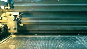 Αχνιστό engraver που εργάζεται με το μέταλλο φιλμ μικρού μήκους
