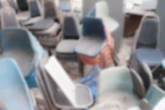 Αχρησιμοποίητες καρέκλες, υπόβαθρο θαμπάδων Στοκ Φωτογραφίες