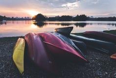 Αχρησιμοποίητη βάρκα με τα διαφορετικά χρώματα που πυροβολείται κατά τη διάρκεια του ηλιοβασιλέματος Στοκ εικόνες με δικαίωμα ελεύθερης χρήσης