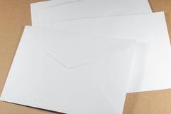 Αχρησιμοποίητος άσπρος φάκελος στο καφετί υπόβαθρο στοκ εικόνες με δικαίωμα ελεύθερης χρήσης
