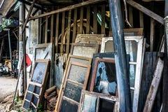 Αχρησιμοποίητος και εγκαταλείψτε τα παράθυρα γυαλιού κλίνει στην ξύλινη φωτογραφία σανίδων που λαμβάνεται στην Τζακάρτα Ινδονησία στοκ φωτογραφία με δικαίωμα ελεύθερης χρήσης