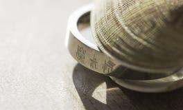 δαχτυλίδι σε ένα κοχύλι Στοκ εικόνες με δικαίωμα ελεύθερης χρήσης