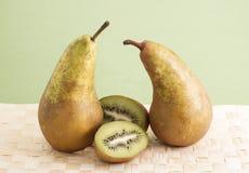 Αχλάδια και ακτινίδιο. Στοκ Εικόνες
