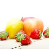 Αχλάδια μήλων νωπών καρπών και strawberrys Στοκ Εικόνες