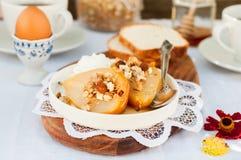 Αχλάδια ψητού μελιού με Granola και το γιαούρτι στοκ εικόνες