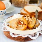 Αχλάδια ψητού μελιού με Granola και το γιαούρτι στοκ φωτογραφίες με δικαίωμα ελεύθερης χρήσης