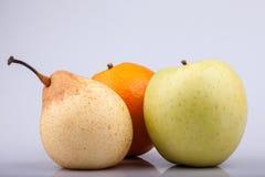 Αχλάδι, πορτοκάλι και μήλο στο άσπρο υπόβαθρο Στοκ φωτογραφίες με δικαίωμα ελεύθερης χρήσης