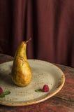 Αχλάδι στο στρογγυλό πιάτο Στοκ Φωτογραφία