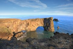 Αψίδα βράχου στην ακτή Dyrholaey, νότια Ισλανδία Στοκ φωτογραφία με δικαίωμα ελεύθερης χρήσης