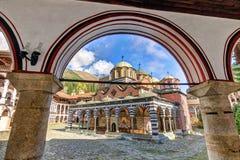 Αψίδα μπλε ουρανού μοναστηριών Rila Στοκ Φωτογραφίες