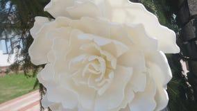 Αψίδα που διακοσμείται γαμήλια με τα λουλούδια κλείστε επάνω απόθεμα βίντεο