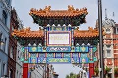 Αψίδα που διακοσμείται στην κινεζική τέχνη στην είσοδο Chinatown στο Λονδίνο, Αγγλία στοκ εικόνα με δικαίωμα ελεύθερης χρήσης