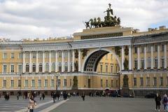 Αψίδα του Γενικού Επιτελείου που στηρίζεται στο τετράγωνο παλατιών Στοκ Φωτογραφίες