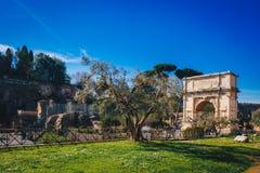 Αψίδα του Titus (Arco Di Tito) και μέσω του ρωμαϊκού δρόμου ιερών οστών στη Ρώμη, Ital Στοκ φωτογραφίες με δικαίωμα ελεύθερης χρήσης