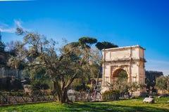 Αψίδα του Titus (Arco Di Tito) και μέσω του ρωμαϊκού δρόμου ιερών οστών στη Ρώμη, Ital Στοκ Εικόνες