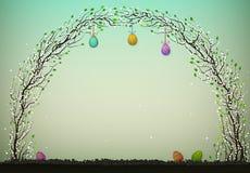 Αψίδα των δέντρων άνοιξη με τα αυγά Πάσχας με τις κορδέλλες, αψίδα εγκαταστάσεων άνοιξη ανθών νεράιδων με τα αυγά Πάσχας, Στοκ Φωτογραφία