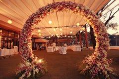Αψίδα γαμήλιων λουλουδιών διακοσμήσεων Στοκ φωτογραφία με δικαίωμα ελεύθερης χρήσης