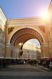 Αψίδα Γενικού Επιτελείου στο τετράγωνο παλατιών στην Άγιος-Πετρούπολη, Ρωσία Στοκ Εικόνες