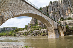 Αψίδα και πορείες στη Γαλλία πέρα από τη γέφυρα Στοκ Εικόνες