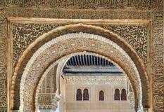 Αψίδα με το arabesque Alhambra, Ισπανία Στοκ εικόνα με δικαίωμα ελεύθερης χρήσης