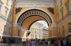 Αψίδα οικοδόμησης Γενικού Επιτελείου στον Άγιο Πετρούπολη Στοκ Εικόνες