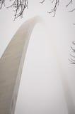 Αψίδα πυλών του Σαιντ Λούις στην ομίχλη Στοκ Εικόνες