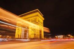 Αψίδα του θριάμβου του αστεριού στο Παρίσι (Γαλλία) τη νύχτα Στοκ Φωτογραφίες