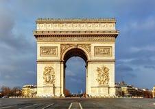 Αψίδα του θριάμβου (Arc de Triomphe) με το δραματικό ουρανό, Παρίσι, Fran Στοκ εικόνες με δικαίωμα ελεύθερης χρήσης