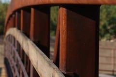 Αψίδα του μετάλλου και της ξύλινης γέφυρας Στοκ φωτογραφία με δικαίωμα ελεύθερης χρήσης