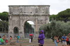 Αψίδα του Constantine (Arco Di Constantino) στο βροχερό καιρό Ρώμη Στοκ Εικόνα