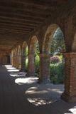Αψίδες αποστολών του San Juan Capistrano με τον κήπο Στοκ φωτογραφία με δικαίωμα ελεύθερης χρήσης