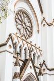 Αψίδες και παράθυρα στην άσπρη εκκλησία Στοκ εικόνα με δικαίωμα ελεύθερης χρήσης