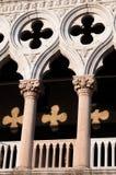 Αψίδες doge& x27 παλάτι του s με την αντανάκλαση φωτός του ήλιου Στοκ Φωτογραφίες