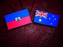Αϊτινή σημαία με την αυστραλιανή σημαία σε ένα κολόβωμα δέντρων που απομονώνεται Στοκ φωτογραφία με δικαίωμα ελεύθερης χρήσης