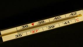 Αύξηση θερμοκρασίας που παρουσιάζεται σε ένα θερμόμετρο κοντά απόθεμα βίντεο