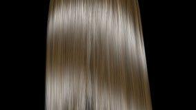 Αύξηση και τίναγμα των ξανθών μαλλιών σε σε αργή κίνηση Απομονωμένος στη μαύρη ανασκόπηση φιλμ μικρού μήκους