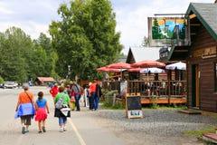 Αλάσκα στο κέντρο της πόλης Talkeetna με τους θερινούς επισκέπτες Στοκ Φωτογραφίες
