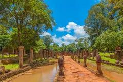 Αλέα κυριών είσοδος ναών Srei Banteay Στοκ εικόνα με δικαίωμα ελεύθερης χρήσης
