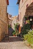 Αλέα με τα λουλούδια μιας μικρής πόλης στην Ουμβρία, Ιταλία Στοκ φωτογραφίες με δικαίωμα ελεύθερης χρήσης