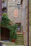 Αλέα με τα παλαιά κτήρια στα ιταλικά πόλη Στοκ εικόνα με δικαίωμα ελεύθερης χρήσης